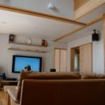 テレビ棚も今回の設計。シナ合板の扉が明るい雰囲気をつくっています